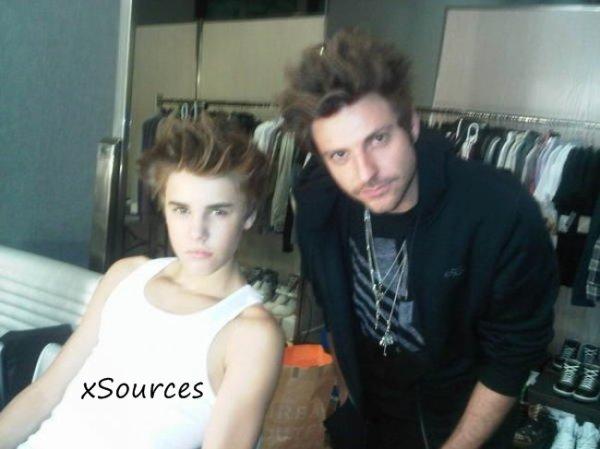Justin Bieber était en plein photoshoot pour le magazine Rolling Stone hier, quand il a posté cette photo où il a abandonné sa célèbre mèche pour un nouveau look qui décoiffe ! Vous aimez ?
