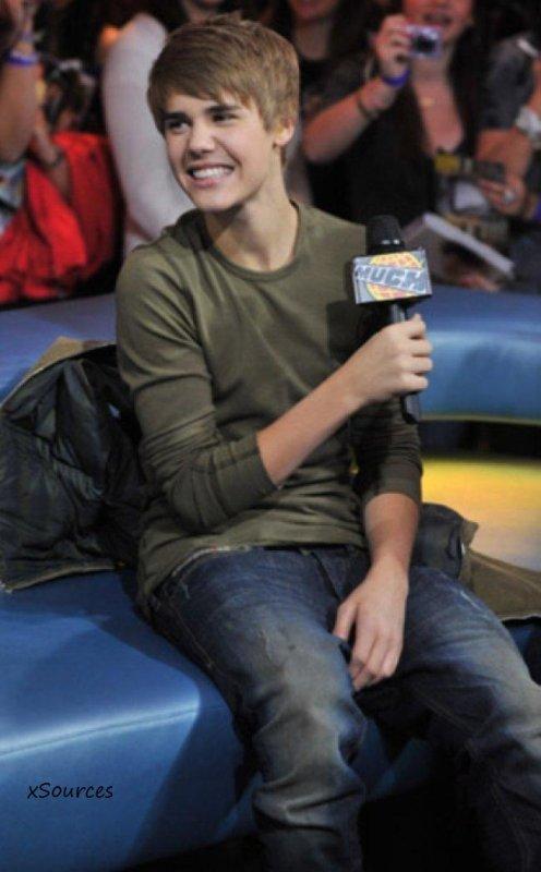 """Rien de bien nouveau à dire sur Justin Bieber, à part qu'il est... toujours aussi beau !!! Invité sur la chaîne CTV pour faire la promo de son film """"Never Say Never"""", Justin avait l'air super à l'aise et il était trop mignon avec son t-shirt kaki... Regar"""