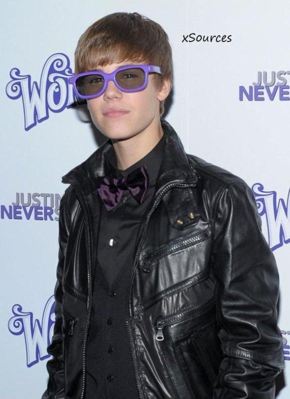 """Vous savez que chez Fan2.fr on kiffe Justin Bieber... Mais même si on l'adore, on reste lucide et il faut avouer qu'hier il était franchement ridicule avec son n½ud papillon et ses grosses lunettes à la première de """"Never Say Never"""" de New York !"""