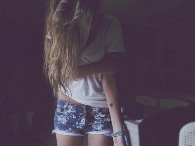 Oh, mais t'as le droit d'être heureux, mais s'il te plaît, loin de moi.