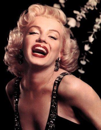 «Etre fort, c'est rayonner de bonheur quand on est malheureux. C'est essayer de pardonner à quelqu'un qui ne mérite pas le pardon. C'est donner sans retour. C'est rester calme en plein désespoir. C'est être joyeux quand on ne l'est pas. C'est sourire quand on a envie de pleurer. C'est faire rire quand on a le coeur en morceaux. C'est se taire quand l'idéal serait de crier à tous son angoisse. C'est consoler quand on a besoin d'être consolé soi-même..»