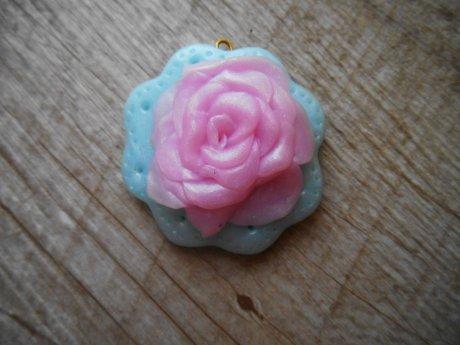 Rose sur un napperon