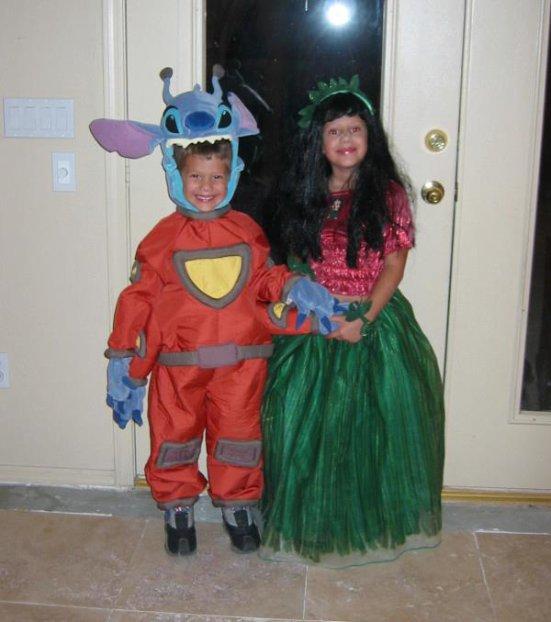 .  .  .   Avery a poster une photo d'elle et de son petit frère quand ils était petits déguiser pour Halloween en Lilo & Stitch :) Je trouve qu'elle na pas vraiment changer... pas vous? :).  .  .
