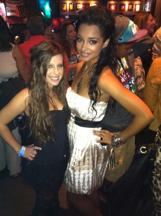 .  .  .   Avery et Jessica Jarrell à une féte de Cody Simpson .  .  .