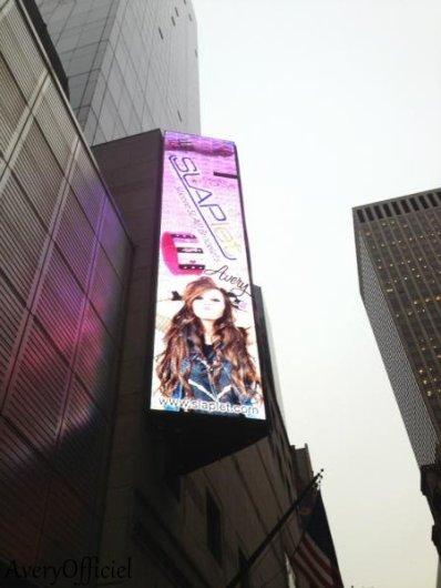 .  .   Avery est sur les affiches publicitaire de la marque SLAPlet + Elle a fait des cupcakes de noel avec sa meilleure amie. .  .