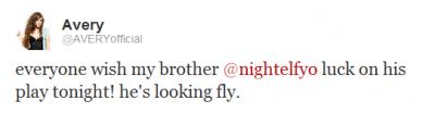 """.  .   29/01 Avery a postée une photo de son frère déguisé en sorte de """"super hero"""".  Elle dit """"Tout le monde souhaite à mon frère bonne chance. Il va essayer de voler"""". .  ."""