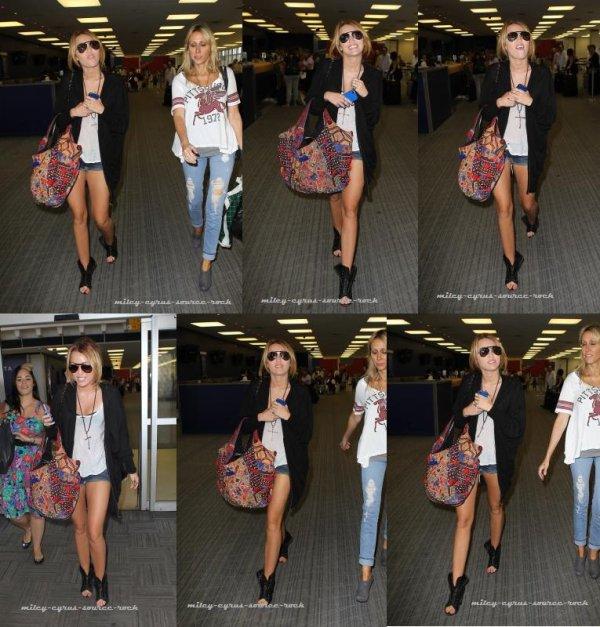 30/08/10__C'est une Miley épanouie qu'on retrouve à l'aéroport JFK (New-York) avec sa mère et une amie.