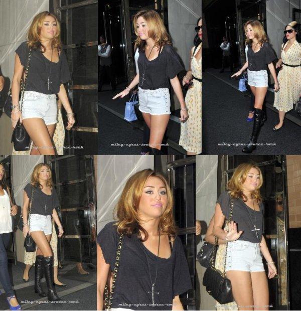 Miley Cyrus sortant de son hôtel à New York le 31/08/10.