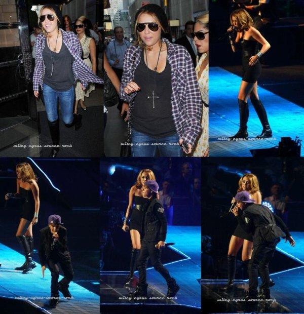 Miley Cyrus en concert avec Justin Bieber à New-York le 31 août 2010.                                                Le 31 aout 2010 était un jour assez spécial pour le jeune Justin Bieber. En effet, ce jour-là avait lieu l'un des plus important concert de sa carrière et Miley était de la partie. Avant le concert, Miley sortait de son hôtel dans New-York City, apparemment peu stressée par le concert du soir. Plus tard, la belle surpris les fans du Bieber en interprétant la chanson « Overboard » en duo avec Justin au Madison Square Garden à N.Y. (à l'origine, ce duo est interprété par la jolie Jessica Jarrell). Malgré les cris strident et la mauvaise qualité de la vidéo, vous pouvez toujours voir sa performance ( Vidéo ). En fin de soirée, Miley quittait la salle de concert dans une tenue assez simple.