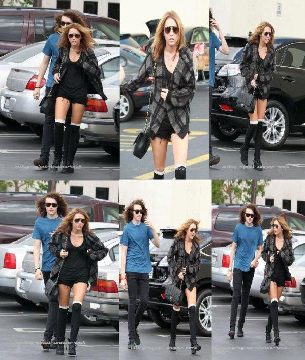 Miley Cyrus se rendant chez Panera Bread à Studio City avec son frère Braison