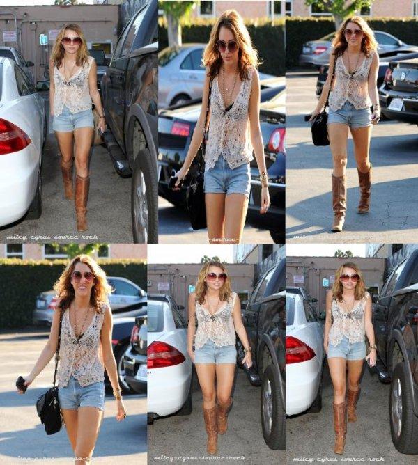 Miley Cyrus faisant un peu de shopping hier à Chucks Vintage Store.