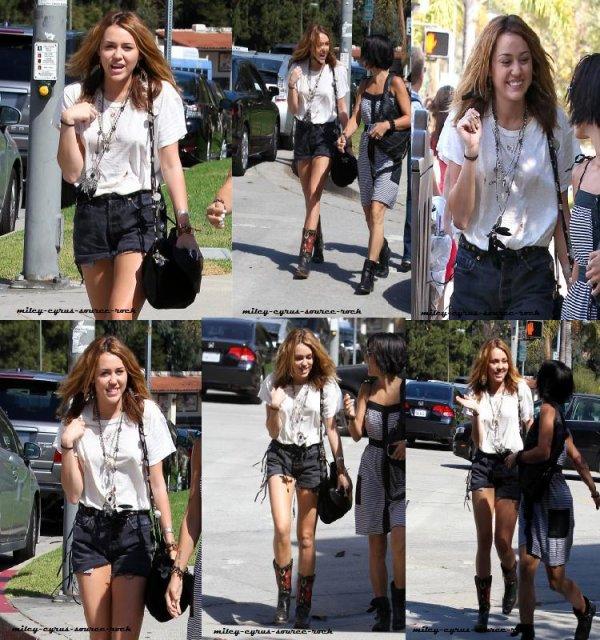 Miley Cyrus se promenant dans Westwood, un quartier de Los Angeles, avec une amie.