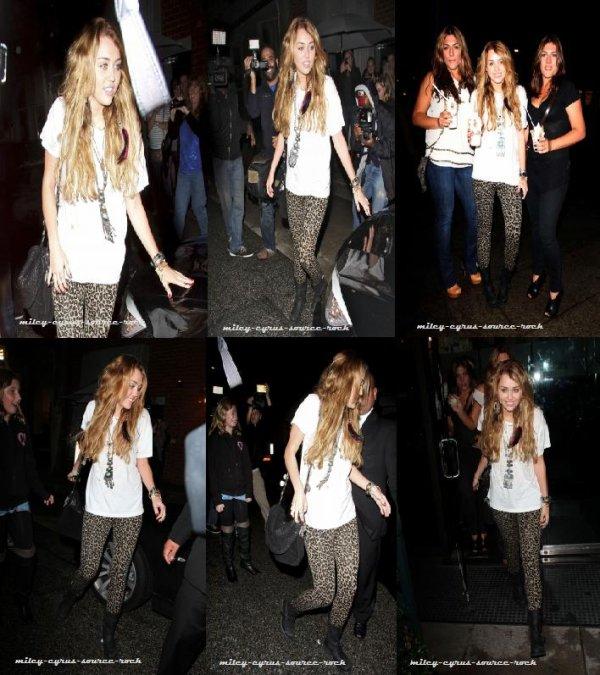 Miley Cyrus sortant du restaurant Mr Chow hier soir et se rendant également à Millions of Milkshakes avec des amies.