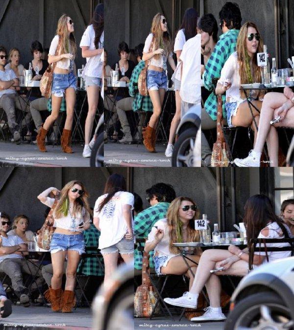 Miley Cyrus déjeunant avec une amie hier à Joan's On Third.