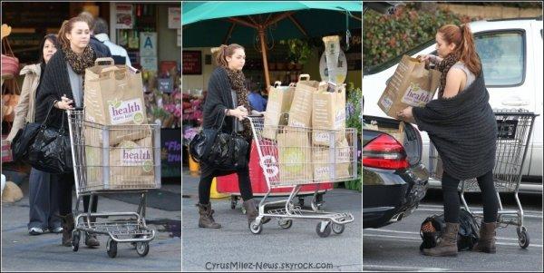 Rubrique :   Candids    18 Mars 2011 → Miley sortant d'un cours de sport à Berverly Hills en compagnie de Noah, sa petite soeur.    Certe, c'est une Tenue de Sport, Mais J'aime. Jaime Ses Lunettes. Ton Avis ?   18 Mars 2011 → Un Peu plus tard dans la Journée, Miley & Noah ont été repérée faisant les boutiques du Berverly Certer.  Magnifique Tenue, Rien à Dire. Enorme TOP Pour Mil'. Ton Avis ?  19 Mars 2011 → Le Lendemain, Miley a été aperçus faisant des provisions au Supermarché Whole Foods à Sherman Oaks   Jaime Bien sa Tenue, Mais son Plus. Jaime Bien Son Espèce de Gilet-Pull Ample ainsi Que Ses Bottes. Ton Avis ?