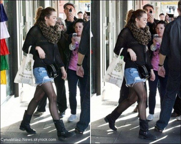 Lundi 27 Juin : Miley Cyrus & Mum' Cyrus faisant du shopping sur Oxford Street à Sydney en Australie.