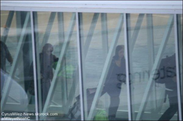 Mardi 28 Juin : Miley & le Gypsy Heart Tour étaient à l'aéroport de Sydney en Australie direction Adelaide.