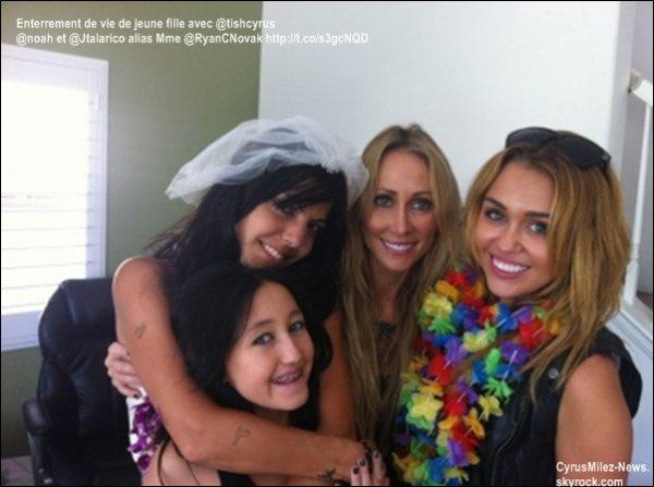 Rubrique : Photo Personnelle & Twitter & Tatouage           Jeudi 1 Septembre : Miley était présente à l'enterrement de vie de Jeune Fille de Jen Talarico avec sa mère et sa soeur, Tish et Noah. Retrouvez une photo personnelle prise pendant l'enterrement avec la future mariée.     La cerémonie de mariage aura lieu demain, samedi 3 septembre. Les deux mariés sont des danseurs de Miley. Les mariés sont Jen Talarico et Ryan Novak. La demoiselle d'honneur de Jen est Miley Cyrus. Grâce aux twetts d'un ancien musicien de Miley, Mike Schmid ainsi que de Jen  nous pensons que Miley performera au Mariage avec lui. Cette performance sera un show privé. Peut-être allons-nous avoir des photos et peut-être des vidéos. On souhaite un bon mariage pour les mariés et des tonnes de bonheurs entre eux.  Crédit : MileyRayCyrus-France.net / Modifié un peu par mes soins