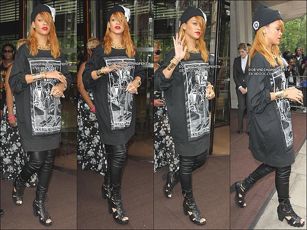 . 20/06/2013 :* Rihanna à été aperçue avec une nouvelle coupe de cheveux quittant son hôtel à Londres. .