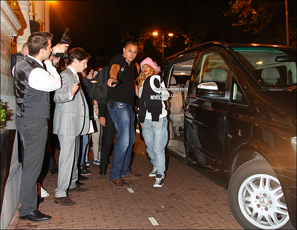 . 22/06/2013 :* Riri à été vue quittant son hôtel à Dublin avant d'arriver à Amsterdam et de se rendre dans un « Coffee Shop ». .