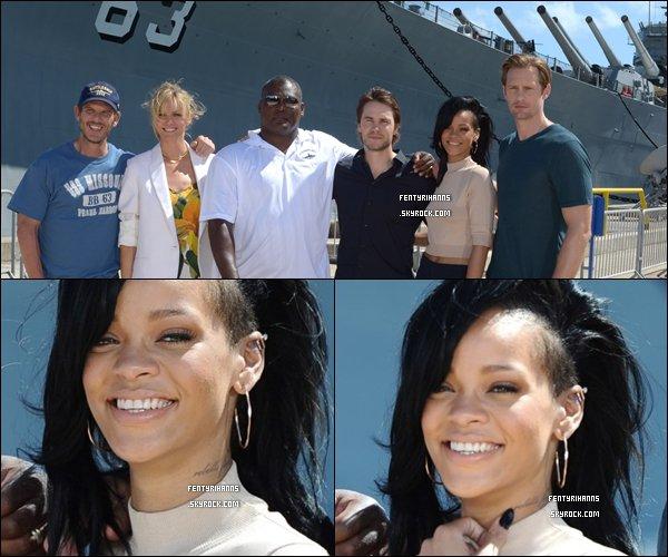 . 27 Avril 2012 : Rihanna à était aperçue sur une plage à Hawaï entrain de se détendre avec des ami(e). .