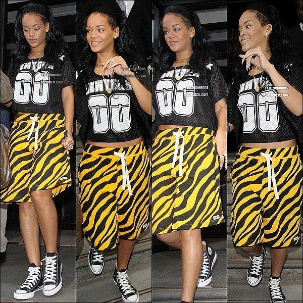 19/06/12:  Rihanna à était aperçue quittant son hôtel dans la ville à New York.