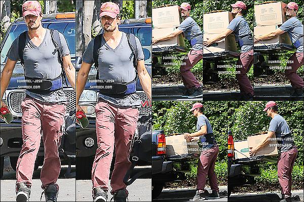*22/07/13: Notre Josh international à étéaperçutdéménageant quelques cartons dans sa nouvelle maison.Comme vous le savez l'arriver du bébé approche et il faut bien être prêt à accueillir le futur bébé dans sa nouvelle maison dans Brentwood. *