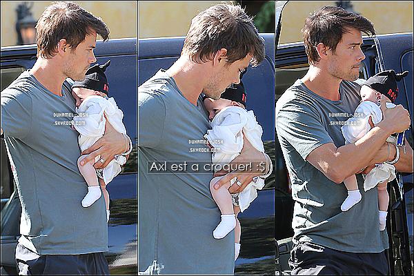 *02/11/13: Josh Duhamel à était vu se promenant dans Brentwood avec son fils, Axl Duhamel dans les bras  Sortie entre père et fils pour Josh et Axl qui ont étaient vu sortant et entrant en voiture dans Brentwood. - Axl est tellement chou -.  *
