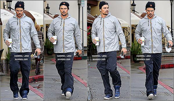 *30/11/13: Josh Duhamel et Fergie se promenant dans les rues avec leur chienne Zoe dans Brentwood.  Nos deux amoureux se baladant dans Brentwood avec leur chienne Zoe + Josh - seul - sous la pluie avec un café dans les mains à LA .  *