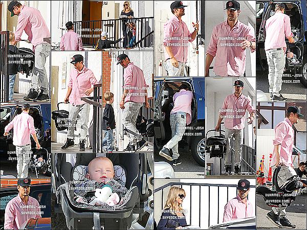 *14/12/13: Notre beau Josh Duhamel à était vu quittant le Early World Cafe avec son fils et Goldie Hawn. Josh et son fils, Axl ont étaient vu quittant le Early World Cafe avec Goldie Hawn + Josh à déposé son fils - endormit - dans sa voiture. *