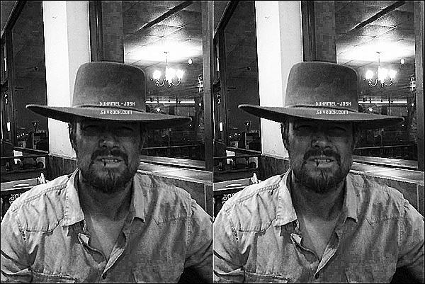 """*Josh Duhamel à posté une photo de lui sur son facebook - """"My Clint Eastwood impression"""".  Le mois dernier, Josh Duhamel et sa femme Fergie ont perdu un de leur proche. Même dans la tristesse notre couple reste complice... *"""