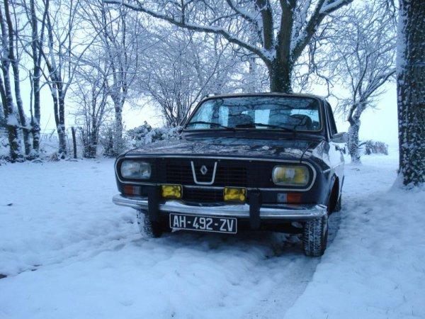 une trés belle renault 12 ts phase dans la neige