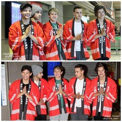 17/01/13: One Direction dans leurs kimonos rouges à leur l'arrivée à l'aéroport de Narita à Tokyo au Japon. Ils sont partient par la suite signée des autographes et prendre des photos avec leurs fans!