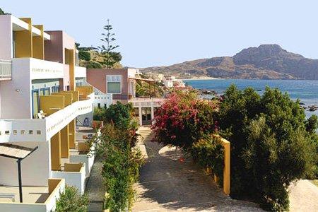Fermez les yeux… L'air marin et le bruit des vagues vous envoûtent. Le soleil caresse votre joue… Vous ne rêvez pas : bienvenue à Plakias, petite station balnéaire de la Crète.