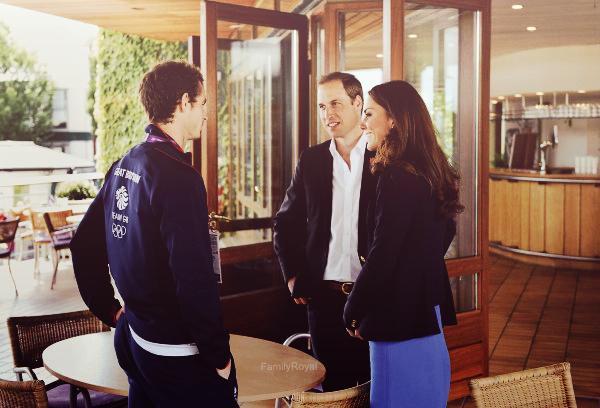 Le 02 août 2012, Kate et William se sont rendus à la compétition de Tennis à All England Lawn Tennis Club pour les J.O 2012, ils ont pu rencontrer Andy Murray un tennisman. Pendant ce temps là Harry a rencontré et félicité environ 25 athlètes, qui ont remporté des médailles lors des National Finals of the School Games, qui s'est tenue au Parc olympique en mai 2012. Il c'est rendu ensuite dans la maison où résident les joueurs olympiques du Canada. Et pour finir le trio s'est rendu au vélodrome pour la compétition de cyclisme! Longue journée pour le trio donc grand article, c'est un vrai plaisir de voir autant de photos.