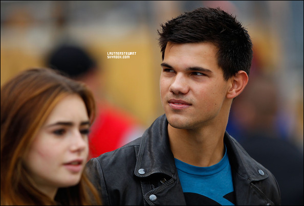 """.12.09.10 - Taylor se promenant aux  """"Steelers Game"""".."""