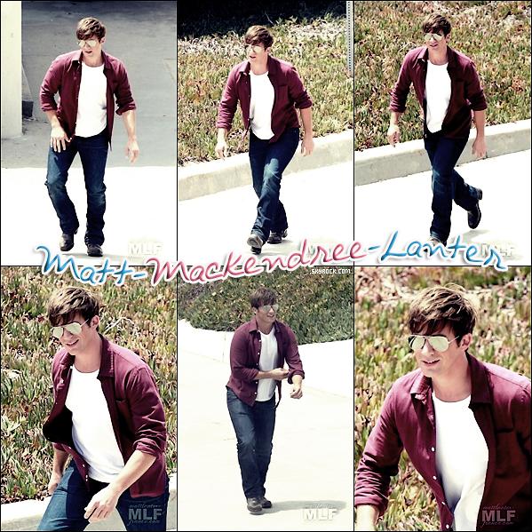 . 19.07.2012 - Matt tournait une scène pour la saison 5 de 90210. Matt tournait cette scène à la plage, mais il n'y à pas de photo ou on le voit à la plage, TOP.   .