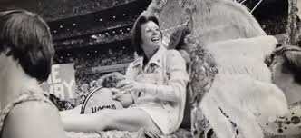 Bilie Jean King-ex légende du tennis féminin,  qui a battu son adversaire masculin Bobby Rigs, 1973