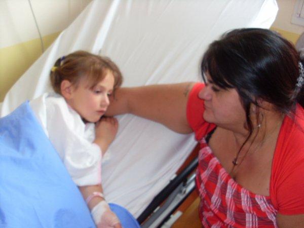 ma fille le jour de son opération  avec ma mére