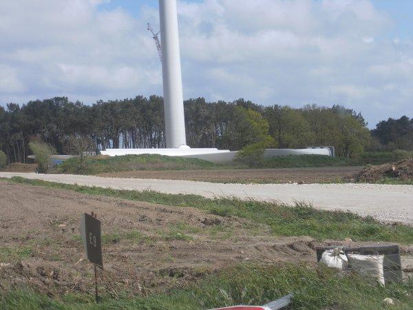 montage d'eolienne a la gacilly  de 140 m de haut