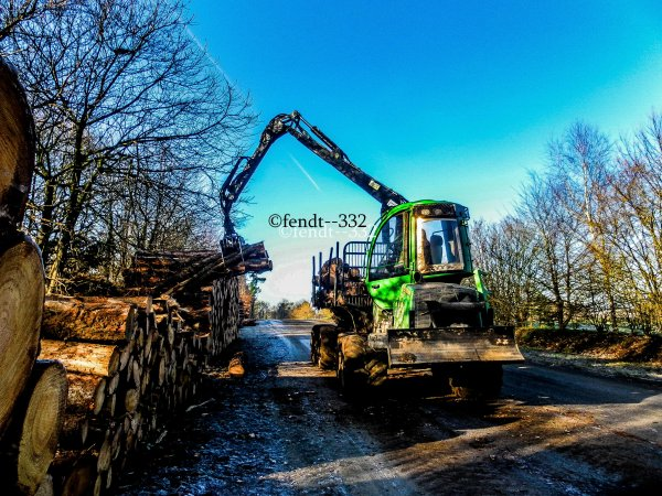 Extraction de bois avec un porteur John Deere 810E