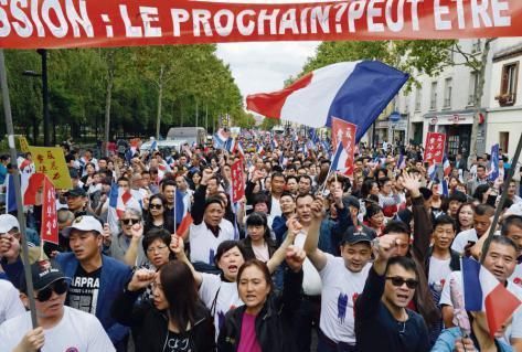À Paris, la communauté chinoise défile contre les clichés racistes