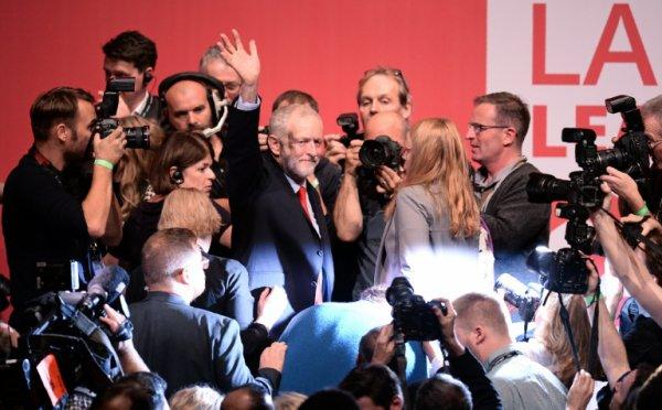 Corbyn réélu à la tête d'un Labour plus divisé que jamais