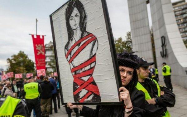 Interdiction de l'IVG : En Europe, les forces réactionnaires mobilisées contre l'intérêt des femmes (Laurence Cohen - PCF)