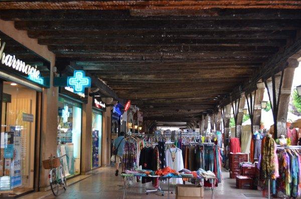 Mirepoix, Le marché hebdomadaire nous attire à Mirepoix ; marché que nous découvrons dans un centre superbe composé de bâtisses très anciennes et où l'on peut même découvrir des objets insolites.