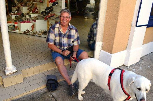 Surtout, ne le racontez pas, Le Stelou a dérobé le chien de Béné pour faire la manche en ville ! à moins qu'ils ne soient de connivence.