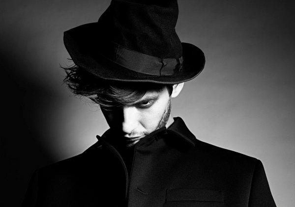 [ P H O T O S H O O T ] Un nouveau photoshoot plus sombre pour Ben qui joue les fous. Génial !