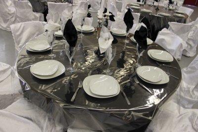 d coration noir blanc avec nappe noire centre de table vase martini plume noir blanc. Black Bedroom Furniture Sets. Home Design Ideas