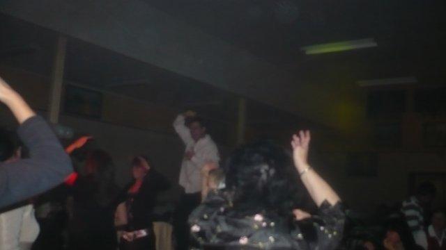 Ex-Pompier (mon beau-pére Eric) qui danse sur la table au mariage de Vanessa et Charly !