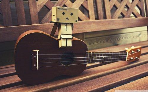Danbo joue de la guitare